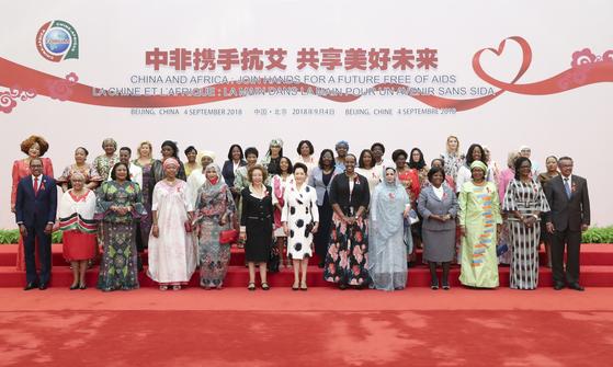 시진핑 중국 국가주석의 부인 펑리위안 여사가 중국-아프리카 협력 포럼에 참석한 각국 대표의 배우자들과 기념활영을 했다. [베이징=신화]
