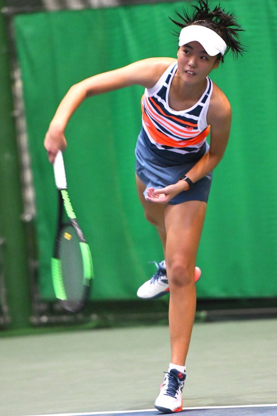 구연우의 일본 효고 국제 주니어 테니스대회 단식 결승에서 서브를 넣고 있다. [사진 스포티즌]