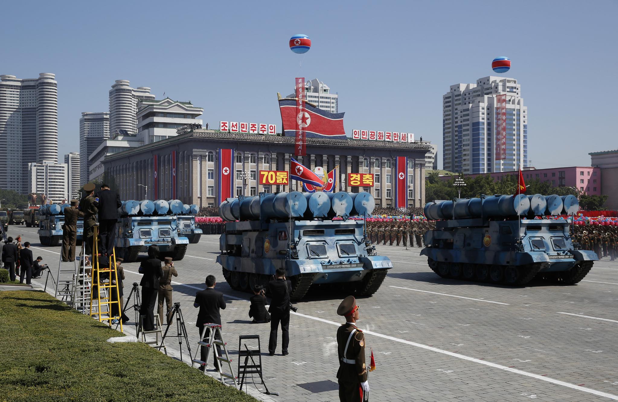 북한 정권수립 70주년 기념 열병식이 열린 9일 북한 평양 김일성 광장 앞을 지나고 있는 북한이 최근 개발한 지대함 미사일. [AP=연합뉴스]