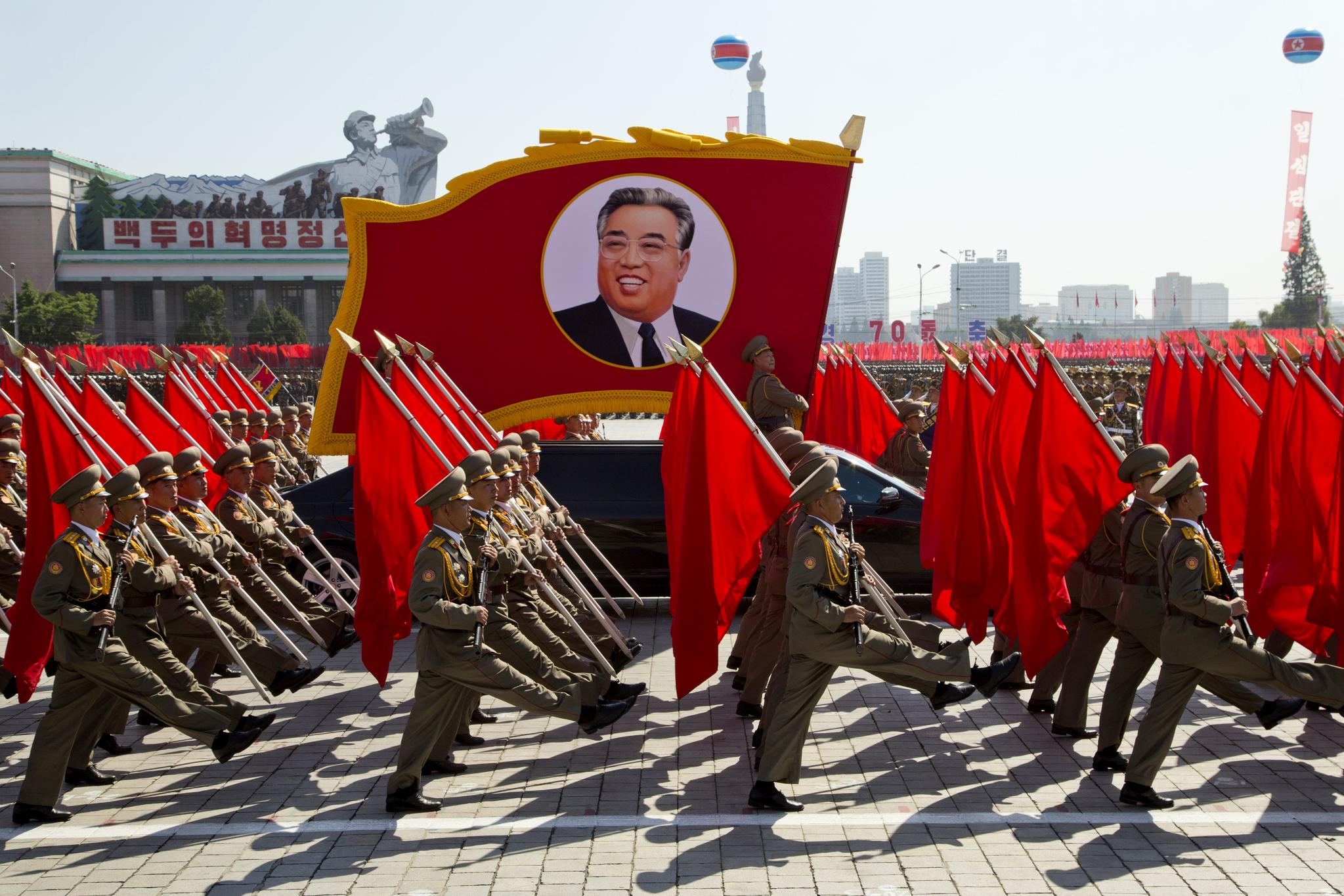 9일 북한 평양 김일성 광장에서 열린 북한 정권수립 70주년 기념 열병식에서 군사 퍼레이드가 펼쳐지고 있다.[AP=연합뉴스]