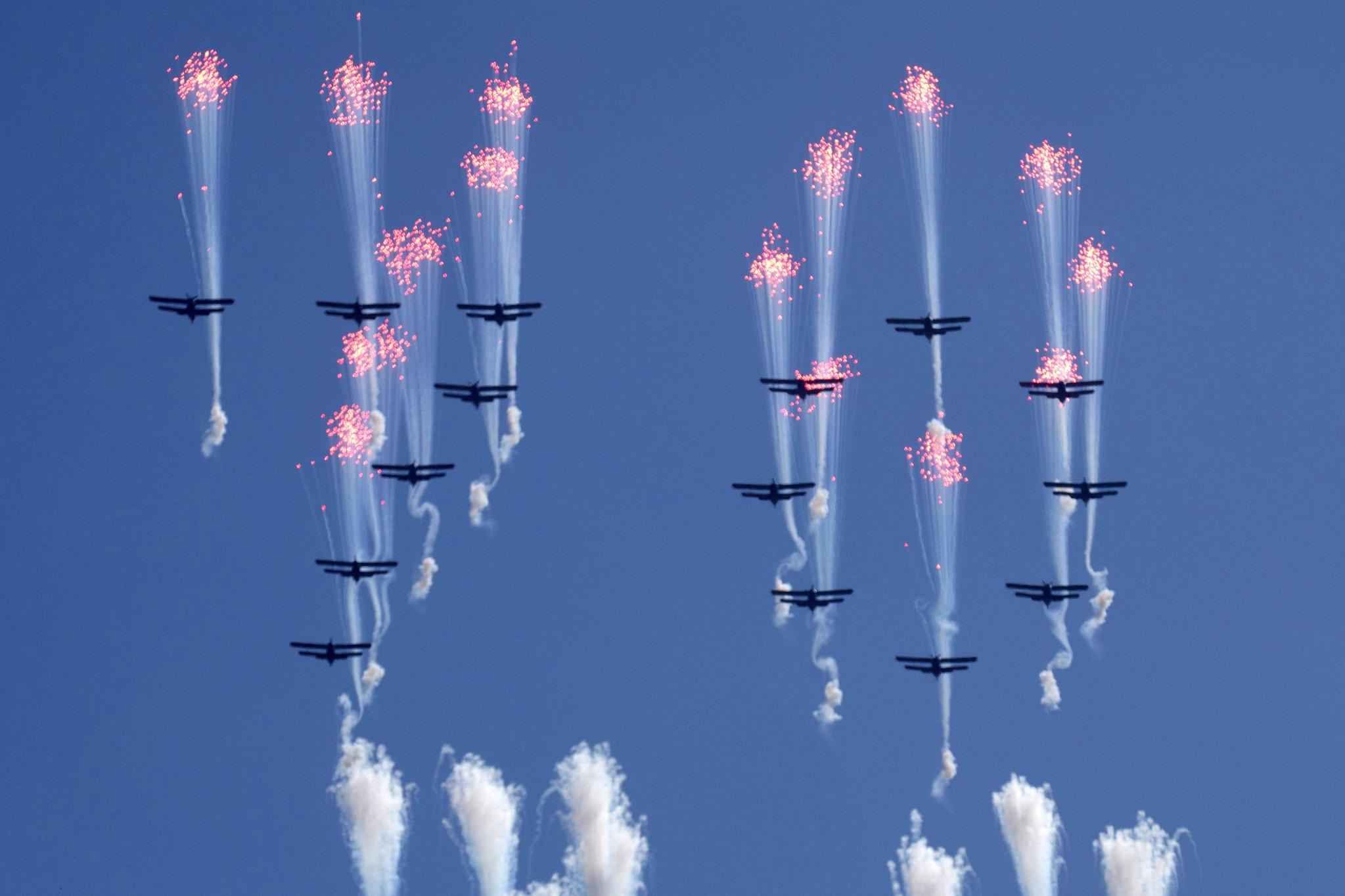 북한 전투기들이 정권수립 70주년 기념 열병식이 열린 9일 북한 평양 김일성 광장 상공에서 숫자 70을 만들어보이고 있다.[AP=연합뉴스]