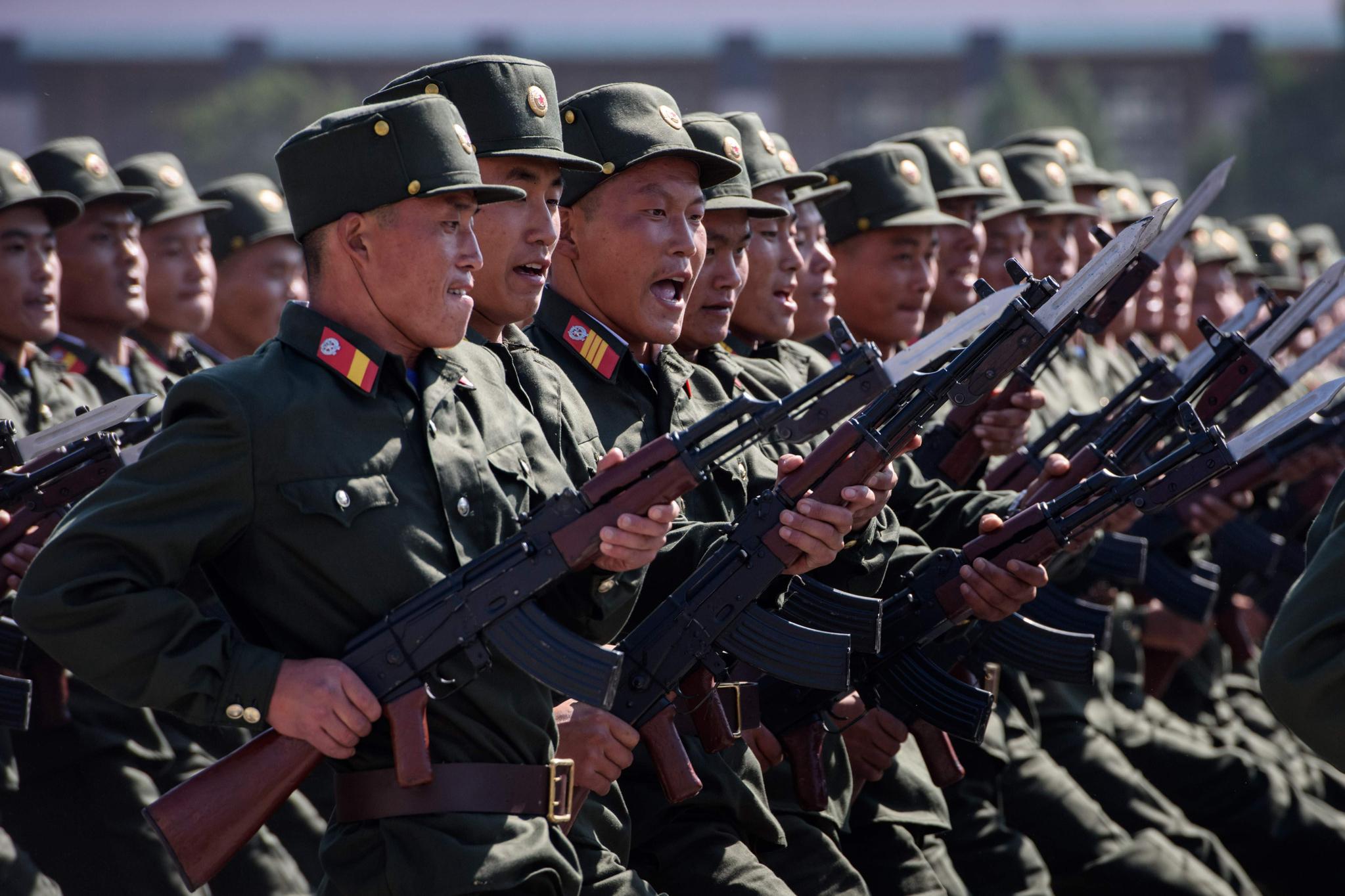 9일 북한 평양 김일성 광장에서 열린 북한 정권수립 70주년 기념 열병식에서 총을 들고 퍼레이드를 하고 있는 북한군들.[AFP=연합뉴스]