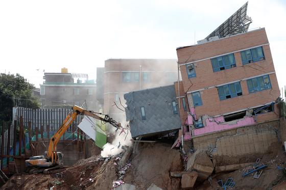 인근 공사장에서 흙막이가 무너지면서 건물 일부가 붕괴된 서울 동작구 서울상도유치원 건물 철거작업이 9일 진행되고 있다. 김경록 기자