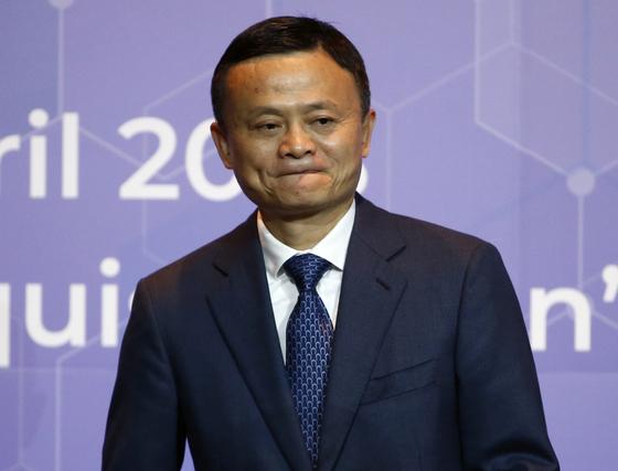 알리바바 그룹 창업자인 마윈 회장이 지난 4월 19일 태국 방콕의 투자 양해각서 체결식에 입장하고 있다. 지난 주말 알리바바 소유의 사우스차이나모닝포스트는 마윈 회장의 은퇴설을 부인했다. [AP=연합]