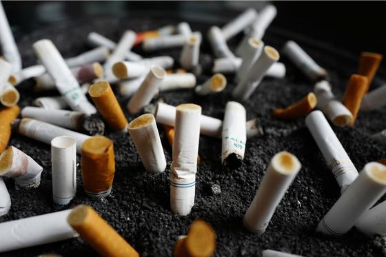 """연구를 진행한 박상민 교수는 """"흡연이 활성산소를 발생시켜 항산화 방어 시스템을 약화시키고, 세포손상에 영향을 미친다""""고 밝혔다. 사진은 2017년 4월 7일 뉴욕의 한 사무실 건물 밖의 재떨이에 버려진 담배 꽁초들. [AP=연합뉴스]"""