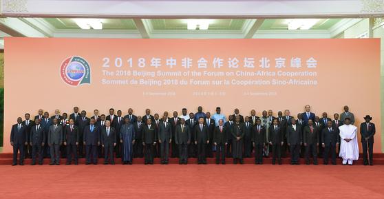 지난 3일 베이징에서 열린 중국-아프리카 협력 포럼 정상회의 개막식에서 시진핑 중국 국가주석과 53개국 정상급 대표이 기념 촬영을 했다. [베이징=신화 연합]