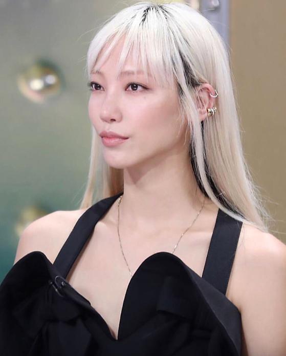 금발로 머리색을 바꾼 후 주목받았다는 패션모델 수주.