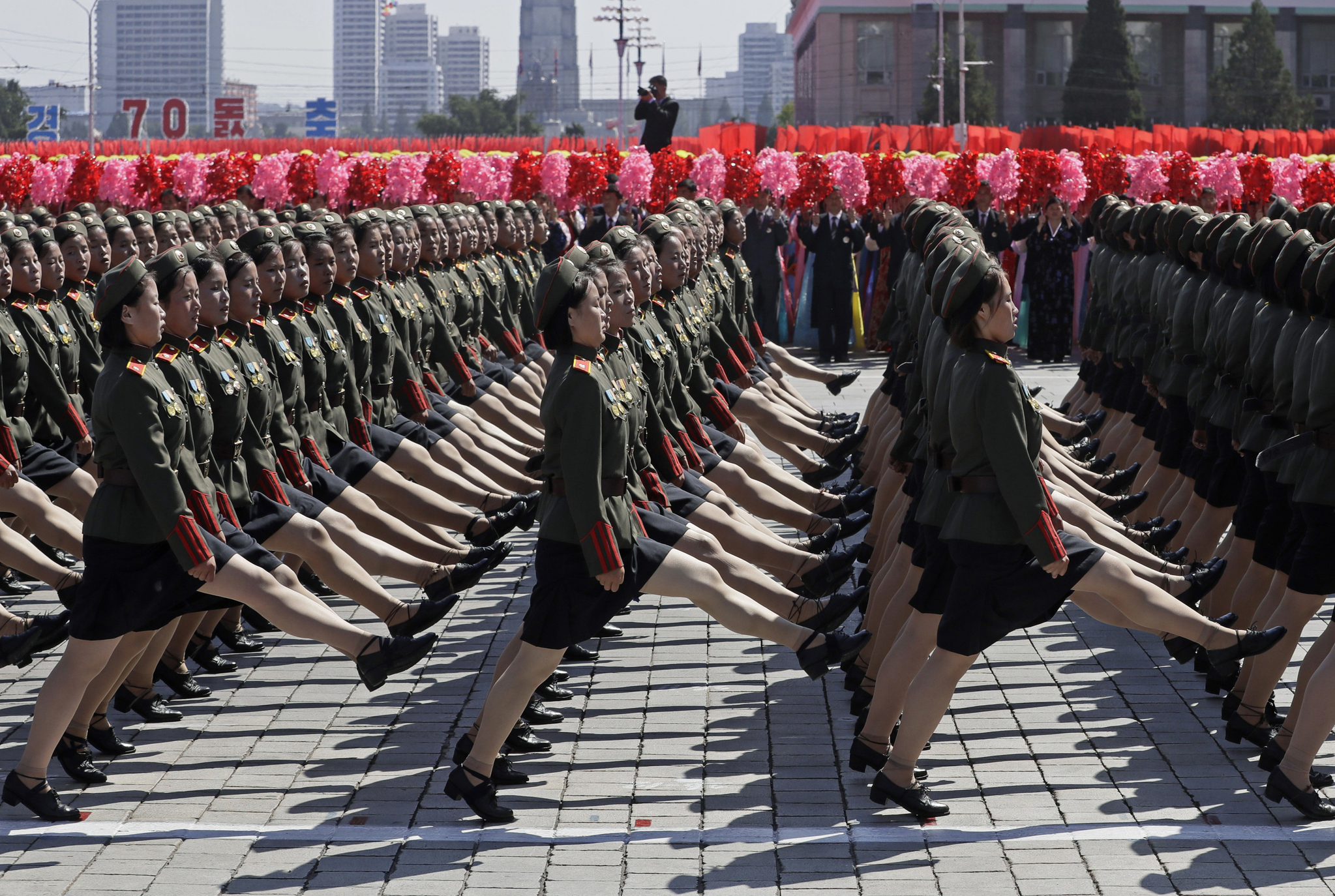 북한 정권수립 70주년 기념 열병식이 열린 9일 북한 평양 김일성 광장에서 퍼레이드를 펼치고 있는 북한 여군들.[AP=연합뉴스]