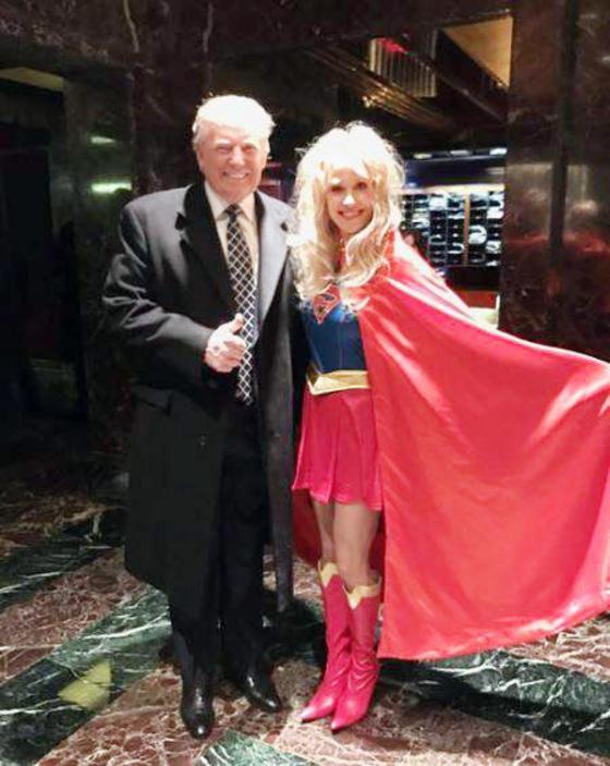 지난 2016년 12월 미국 뉴욕시 롱아일랜드에서 열린 '영웅과 악당' 파티에 참석한 당시 도널드 트럼프 대통령 당선인(왼쪽)과 현 백악관 고문 켈리앤 콘웨이. 변장 파티에 맞춰 콘웨이는 수퍼우먼 차림이다. 당시 콘웨이는 트위터에 트럼프를 '궁극의 영웅'으로 표현했다.   [사진제공=켈리앤 콘웨이 트위터]