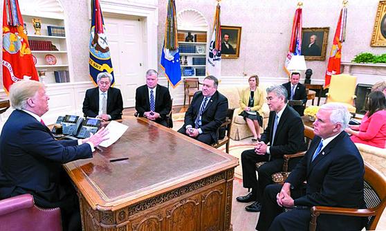 지난달 24일 오전 백악관 오벌 오피스(대통령 집무실)에서 트럼프 미국 대통령의 마이크 폼페이오 국무장관 방북 취소 결정에 앞서 열린 핵심 참모들과의 북한 관련 회의. 왼쪽부터 트럼프 대통령, 앤드루 김 중앙정보국(CIA) 코리아미션 센터장, 스티븐 비건 대북정책 특별대표, 폼페이오 국무장관, 성김 주필리핀 미국대사, 마이크 펜스 부통령.