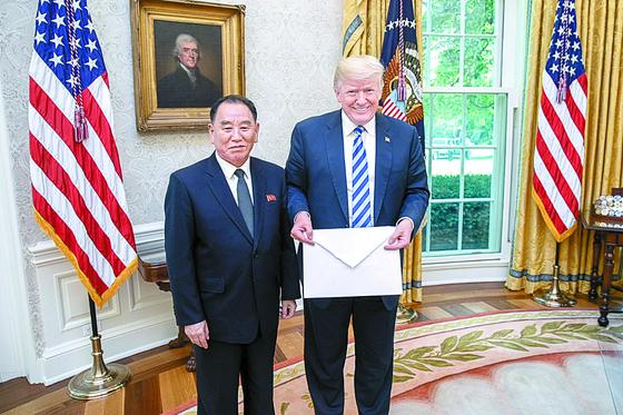 도널드 트럼프 미국 대통령이 지난 6월 1일(현지시간) 백악관의 대통령 집무실인 오벌 오피스에서 김영철 북한 노동당 부위원장 겸 통일전선부장이 가져온 김정은 국무위원장의 친서를 보여주고 있다.