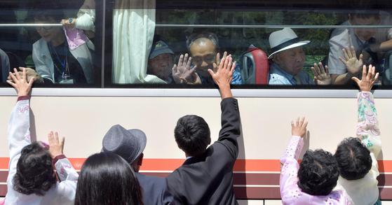 제21차 남북 이산가족 1차 상봉 행사 마지막날인 22일 금강산호텔에서 이산가족들이 작별인사를 하고 있다.