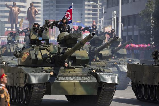 지난 9일 열병식이 열린 평양 김일성 광장에서 북한 선군호 전차 부대가 주석단 앞으로 행진하고 있다. [사진 AP=연합뉴스]