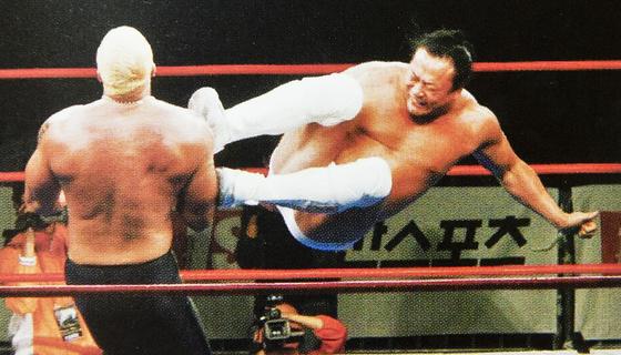 김일 추모 WWA 경기에서 이왕표가 자신의 장기인 드롭킥을 선보이고 있다. 2006년 경기 당시 그는 52세였다.