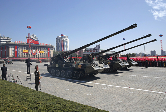 지난 9일 열병식이 열린 평양 김일성 광장에서 한국 수도권을 노리는 북한 자주포 부대가 주석단 앞으로 행진하고 있다. [사진 AP=연합뉴스]