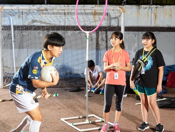 길상규(왼쪽) 펍스킨스 부주장이 이지윤·손채은 학생기자에게 퀴디치 규칙을 가르치고 있다.