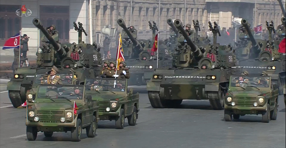 조선중앙TV가 8일 오후 녹화 중계한 '건군절' 70주년 기념 열병식에는 포신이 긴 주체포를 비롯해 탱크, 견인포, 수륙양용돌격장갑차, 방사포 등의 북한 재래식 무기도 등장했다. 2018.2.8