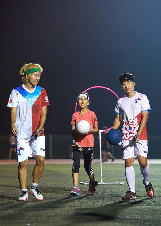 위너준현(왼쪽) 펍스킨스 팀원·이지윤 학생기자·신수용 펍스스킨스 주장.