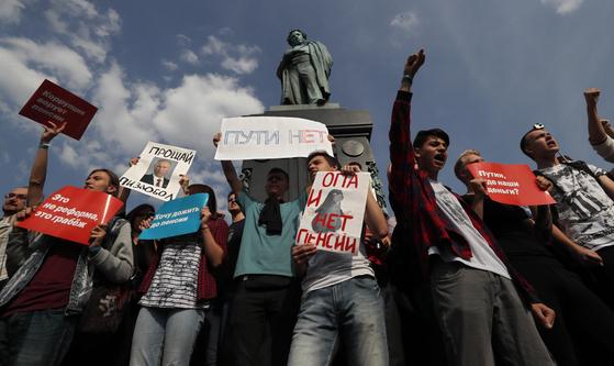 9일 러시아 모스크바에서 시민들이 푸틴의 연금 정책에 항위하는 시위를 하고 있다. [EPA=연합뉴스]
