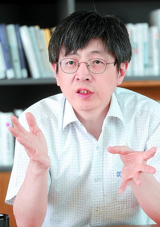 김진수 기초과학연구원(IBS) 유전체교정연구단장이 9일 중앙일보사를 찾아 최근 '특허 날치기' 시비에 대해 설명했다. [최정동 기자]