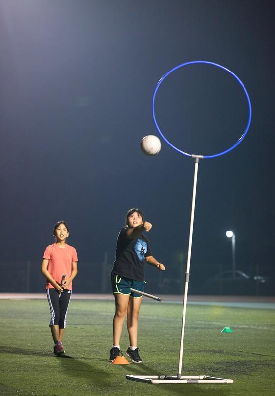 이지윤(왼쪽)·손채은 학생기자가 골대에 공을 넣는 연습을 하고 있다.