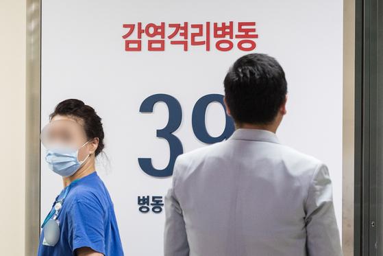 서울에서 중동호흡기증후군(MERS·메르스) 확진 환자가 발생한 8일 서울 종로구 서울대병원 격리병실이 통제되고 있다.[뉴스1]