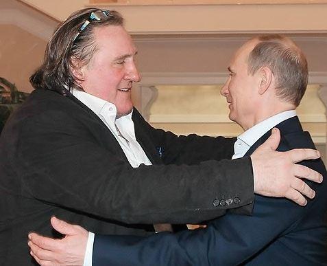 블라디미르푸틴 러시아 대통령(오른쪽)이 2013년 흑해 연안에 있는 소치에서 프랑스 국민 배우 제라르 드파르디외(왼쪽)를 환영하고 있다. [EPA=연합뉴스]