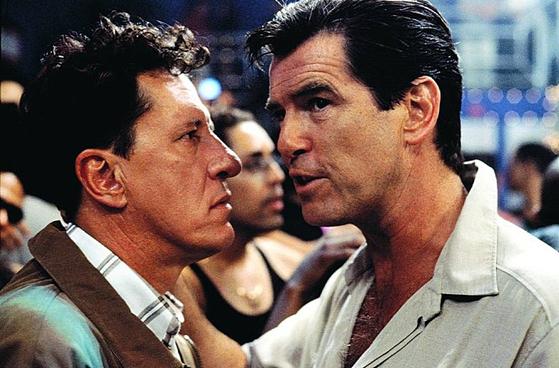 영화 '테일러 오브 파나마' 속 한 장면. 스파이 앤디(오른쪽)는 재단사 해리를 협박해 정보를 얻으려 한다.