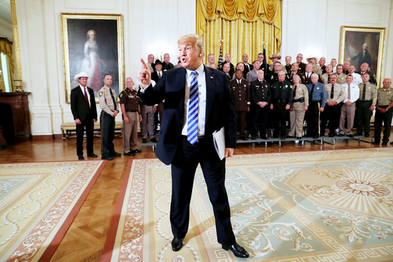 도널드 트럼프 미국 대통령이 자신의 비도덕성을 폭로한 뉴욕타임스 기고가 나간 직후 행사에서 언론을 향해 분노를 나타내고 있다.