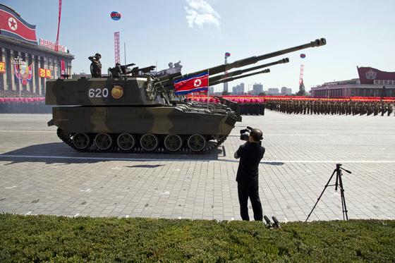 북한이 9일 공개한 신형 자주포는 기존 130mm 포신을 152mm 키워 사거리를 늘렸다. [사진 AP=연합뉴스]