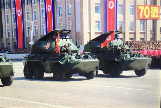 북한이 9일 열병식에서 공개한 신형 대전차로켓으로 무장한 장갑차 [사진 = Ankit Panda 트위터 캡처]