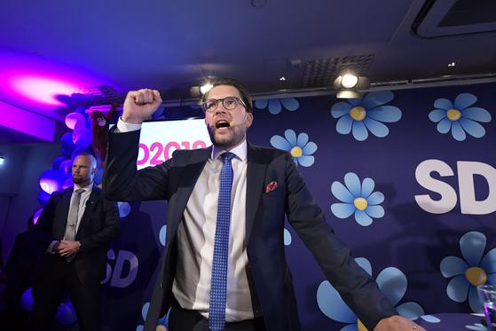 9일 스웨덴 총선 출구조사 결과가 발표된 후 임미 오케손 스웨덴민주당 대표가 지지자들에게 연설하고 있다. [AP=연합뉴스]