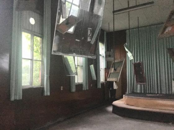 영국 설치작가 마이크 넬슨의 '거울의 울림'. 거울은 국군병원에 있던 것들이다. [사진 이은주 기자]