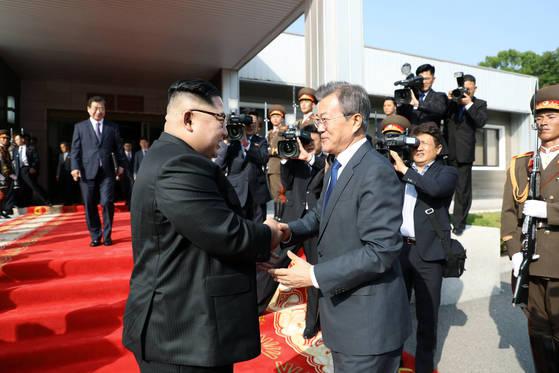 김정은 북한 국무위원장(왼쪽)이 지난 5월26일 판문점 판문각에서 2차 정상회담을 마치고 떠나는 문재인 대통령를 배웅하고 있다. [사진 청와대]