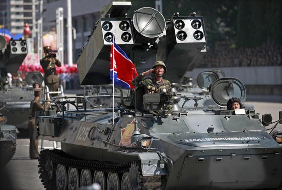지난 9일 열병식이 열린 평양 김일성 광장에서 북한 대공미사일 부대가 주석단 앞으로 행진하고 있다. [사진 EPA=연합뉴스]