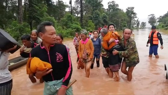 지난 7월 라오스 댐 붕괴 당시 마을이 물에 잠겨 대피하고 있는 주민들 [로이터=연합뉴스]