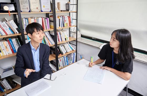 변현경(오른쪽) 청소년기자가 테이블매니저 최훈민 대표를 만나 기업가가 되기까지 그의 이야기를 들어봤다.