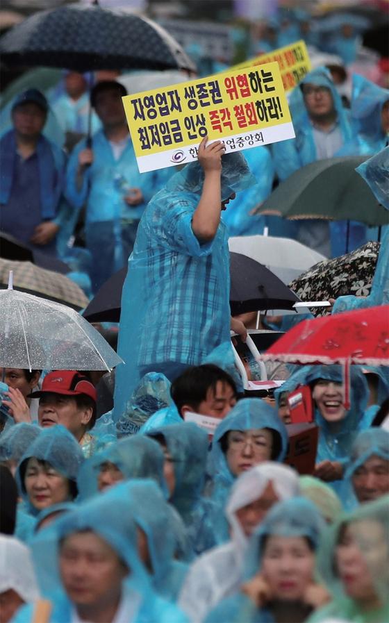8월 29일 오후 서울 광화문광장에서 전국 소상공인들이 최저임금 제도 개선 촉구대회를 열었다. / 사진:연합뉴스