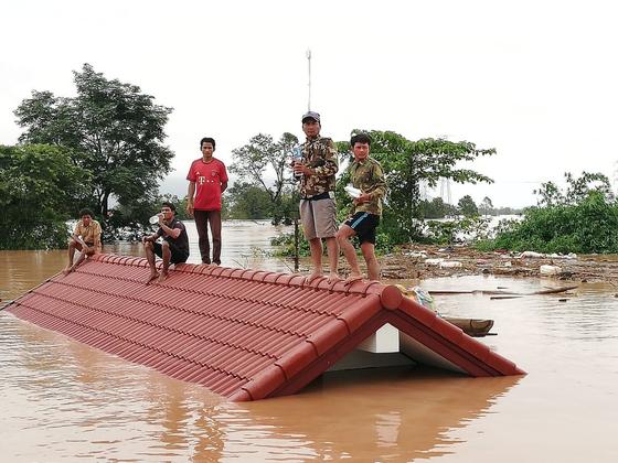 라오스 댐이 붕괴되며 물에 잠긴 마을 [신화=연합뉴스]
