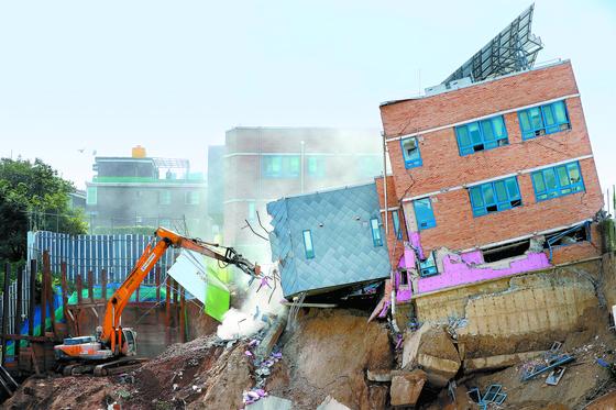 서울상도유치원 철거작업이 9일 오후 시작됐다. 서울시교육청은 방과후 과정반 58명 에게 10일부터 상도초에서 정상 돌봄을 제공할 예정이다. [김경록 기자]