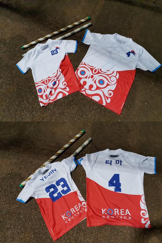 한국 퀴디치 팀의 유니폼이다. 위의 플라스틱비닐관은 연습에 사용하는 빗자루 대용품이다.