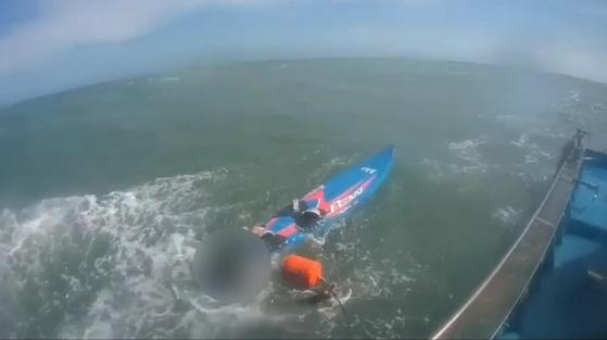 해상 표류한 서핑 표류자 구조 [부산해양경찰서 제공=연합뉴스]