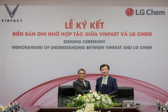김종현 LG화학 전지사업본부장(오른쪽)이 지난 7일(현지시간) 베트남 하노이에서 현지 완성차 업체 빈패스트의 보 꽝 후에 부회장과 사업 협력을 위한 양해각서(MOU)를 체결하고 기념 사진을 찍고 있다. [사진 LG화학]