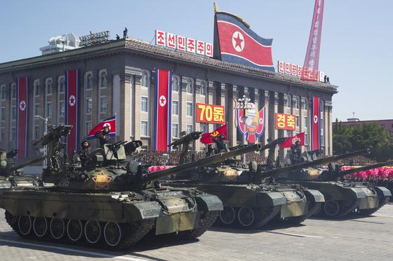 지난 9일 열병식이 열린 평양 김일성 광장에서 북한 천마 계열 전차가 주석단 앞으로 행진하고 있다. [사진 AP=연합뉴스]