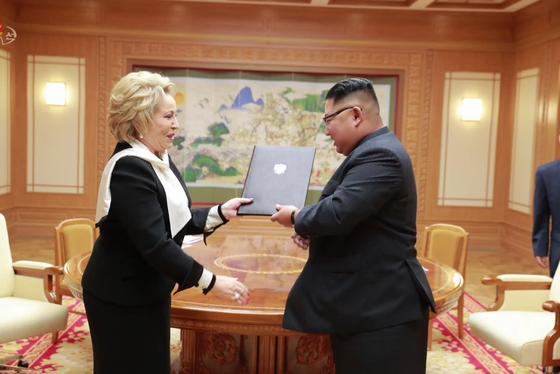 김정은 북한 국무위원장이 정권수립 70주년을 맞아 평양을 방문한 발렌티나 마트비옌코 러시아 상원의장과 지난 8일 노동당 중앙위원회 본부청사에서 만났다고 조선중앙TV가 9일 보도했다. 마트비옌코 상원의장이 김 위원장에게 블라디미르 푸틴 러시아 대통령의 친서를 전달하고 있다. [평양 조선중앙통신=연합뉴스]