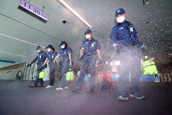 국내에서 3년 만에 중동호흡기증후군(메르스) 환자가 발생한 가운데 10일 오전 인천국제공항 제2터미널에서 방역업체 직원들이 소독하고 있다. [연합뉴스]