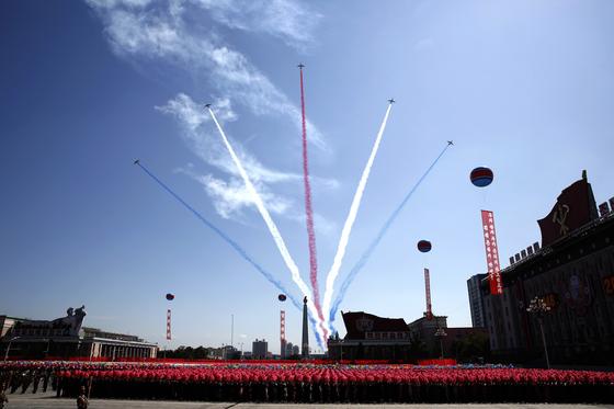 지난 9일 열병식이 열린 평양 김일성 광장에서 북한 공군 전투기가 축하비행을 보이고 있다. [사진 AP=연합뉴스]