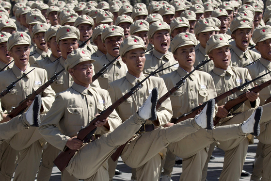 지난 9일 열병식이 열린 평양 김일성 광장에서 북한군대가 과거 항일유격대 당시 복장을 갖추고 행진하고 있다. [사진 AP=연합뉴스]