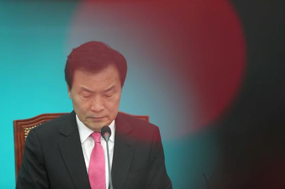 손학규 바른미래당 대표가 지난 7일 국회에서 열린 최고위원회의에 참석해 자료를 살펴보고 있다. 오종택 기자