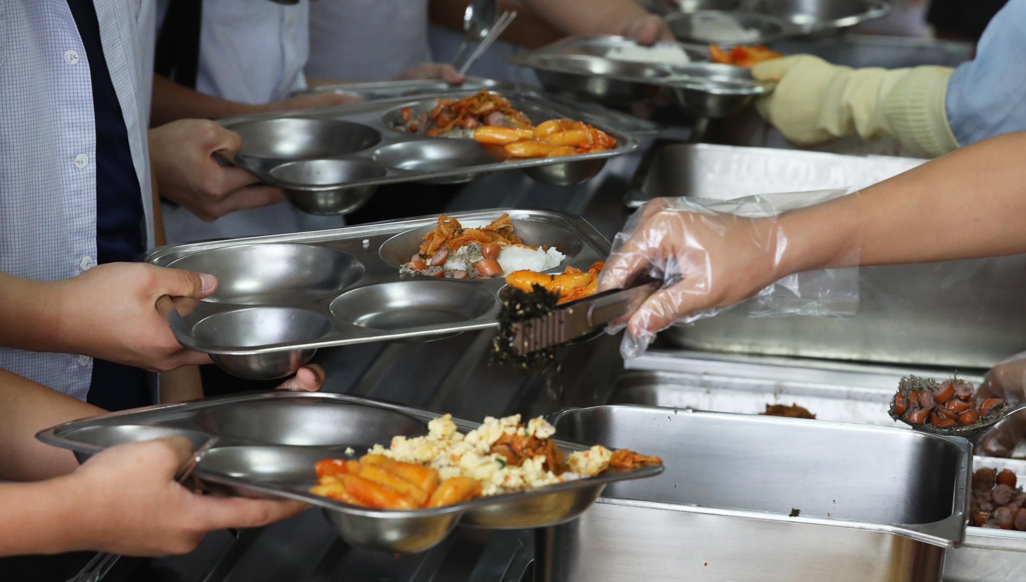 풀무원푸드머스는 학교 급식 케이크로 인한 식중독 의심환자의 병원 치료비 전액과 학교 급식중단에 따른 피해를 보상할 방침이라고 10일 밝혔다. 사진은 한 학교의 급식 장면. [뉴스1]